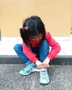 Ming xia sekarang sedang belajar memakai sepatu sendiri, sebelum saya perkenalkan dengan sepatu bertali, saya perkenalkan Ming xia dengan sepatu dengan velcro. Tidak semudah yang dilihat, memakai sepatu bagi anak kecil memerlukan motorik yang bagus, juga harus bisa  membedakan mana sisi kiri dan kanan.Untungnya sekarang ada banyak website yang memberikan inspirasi tips dan trik untuk memberi stimulasi sesuai tahap perkembangan si kecil, salah satunya adalah www.wyethnutrition.co.id 😊 selain itu juga saya tidak pernah lupa memberikan nutrisi yang sesuai dengan usia dan tumbuh kembang Ming xia.Puji Tuhan sejak usia 4 tahun #Mingxia sudha bisa menggunakan sepatu sensiri tanpa dibantu dengan lancar.Yuk ikutan #CaraPintarMam #ClozetteIDxProcalS26 #ClozetteID @lisna_dwi @5andranova 😊