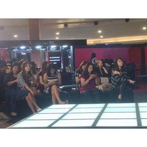 Beauty blogger sedang menyimak beauty make over di @yslbeauteid #aKisstoRemember #YSLGoogleGlass  #YSLBeauteID #ClozetteID #instabeauty #indonesiablogger #indonesiabeautyblogger #bloggerBDG #bloggerlife #bloggerbandung #bloggerindonesia #beautyblog #beautyblogger #beautybloggers #beautybloggerbandung #beautybloggerindonesia #bblogger #bbloggers #bbloggerslife