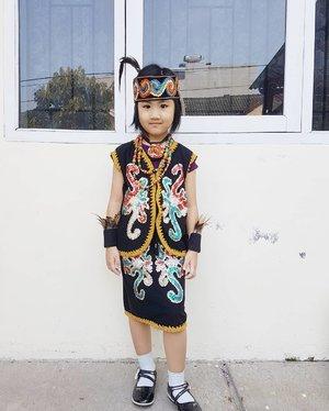 Happy kartini days 😆 karena rambut Ming Xia abis dipotong jadi pendek, ga bisa pakai adat Bali, mari kita pakai adat Dayak saja.Sekali2 macho ga papa ya dek 😁 #Mingxia #ClozetteID #Asiankids #asiangirls #harikartini #indonesia