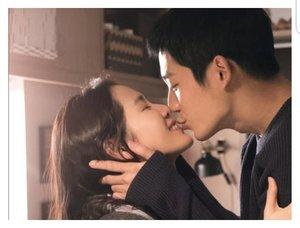 Ada yang tahu kalau Drama Something In The Rain ini terinspirasi oleh ucapan Song Hye-kyo yang menyatakan bahwa Song Joong-ki hanya menganggap dirinya sebagai noona yang sering kali membelikannya makanan? Perkataan Hye-kyo itulah, yang dijadikan judul asli serial garapan Ahn Pan-seo ini.Ada yang suka nonton drama yang banyak adegan kisseu dan skinship? Nah silahkan nonton drama ini 🤣 karena kalian pasti suka, sepanjang drama tiap ketemu ada aja skinshipnya. Yang single, lajang, LDR, apalah itu dilarang nonton yak kalau baper tanggung sendiri.Sinopsisnya bisa di lihat dilink hidup di bio yak 😍 maaci#sinopsisdrakor #dramakorea #somethingintherain #clozetteID
