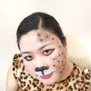 Perkenalkan maung Bandung ala2 🙈 iseng bikin #makeupfantasy look karena abis beli facepainting tapi ga dipake-pake akhirnya diniatin bikin konten biar ga mubajir masih utuh belum dicolek sama sekali.Slide pertama masih okelah ya posenyaSlide ke 2 pura2 jaim karena ada oppa lewat 😆Slide ke 3 kucing garong dimarahin abis nyolong ikan tetangga 🤣Jadi aku tuh mau ikutan challenge nya @getthelookid karena aku pengen dapet ilmu, biarpun sudah berumur tapi aku tuh haus ilmu.Ngeblog udah dari tahun 2009 jamannya multiply tapi sayang tahun 2012 ditutup jadi ganti platform ke blogspot. Saat semua orang berlomba hijrah ke youtube saya masih setia sama blog.Kenapa? Karena passion saya itu menulis, saya haus ilmu tapi saya juga suka berbagi ilmu, jadi buat saya blog itu semacam diary 😄 tapi ga pake kunci rahasia sagala karena bebas dibaca siapa aja.Kalau kalian passionnya apa gaes? Jadi selebgram? Beauty influencer? Youtuber atau apa? Komen donk 🥰#MyNudeMood #GoRougeSignature #BeautyHackathonLorealID #LorealIDHackMyTown2 #WildNatureInspiredMakeup @bandungbeautyblogger #bandungbeautyblogger #indonesiabeautyblogger #BeauteFemmeCommunity #ClozetteID