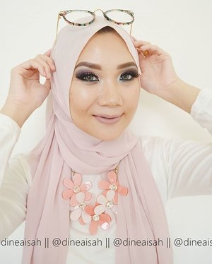 Siaaaaap bang ngedate besook sama adek?? 😎 😎 😂😂😂 **Btw, saya baru ber-collab ria bersama teman2 #BBloggerKece dengan tema collabnya Smokey Valentine Look , buat detailnya cek www.sisersdyne.com untuk tahu tutotial-tutorial eyemakeupnya yaaaa.. Dan untuk cek teman2 #BBloggerKece bisa TAP Picture.. ✔️Foundation @toofaced Born This Way in Vanilla✔Eyebrow @anastasiabeverlyhills Brow Wiz in Dark Brown✔Eyeshadow @makeoverid and @nyxmakeupid✔Contour and Highlighting @sleekmakeup Kit in Light✔Blushon @thebodyshopindo all in one cheek in✔Eyelahses @deyekoid in Double Lash in Divine✔Softlens @japansoftlens in Lunatia✔Lips @LASpalsh CharmedCollaboration sponsored by @Makeupuccino 🎉🎉 #Clozette #Clozetteid #beauty #makeup #Smokey #smokeyeyes #smokeylook #hijabfashion #hijabmakeup #anastasiabeverlyhills #Sleekmakeup #NYXcosmetics #Deyekoid #lasplash #Lipsmitten #japansoftlens #bbloggers #beautybloggerid #motd #motdid #fotd #instamakeup #zukreat #valentine