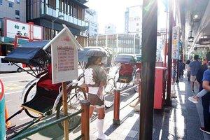 [Asakusa] 1). Aku lupa nama jalan ini apa. Cuma jalan ini, jalan menuju ke Asakusa. Yang aku ingat sepanjang jalan ini berjejer becak panggul. Walau nggak sempat naik, tapi akhirnya bisa juga lihat becak panggul yang sering mucul di tipi-tipi serial mandarin zaman dulu 😍 . . #Clozette #Clozetteid #Traveling #asakusa #Tokyo #exploretokyo #Japan #holiday #Dinetraveling #DASistersblog #Bloggerreview #beautybloggers