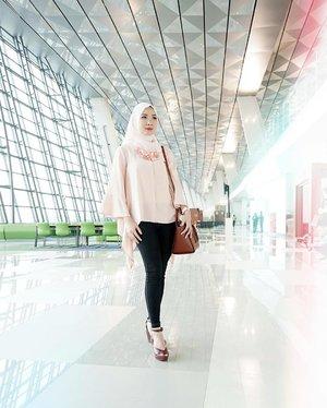 ✨ Soft opening lauching Terminal 3 Ultimate Soekarno Hatta. Suka banget dengan desain #T3CGK ini karena rancangan bandara terbaru ini di desain dengan sangat modern dan juga dengan sentuhan budaya indonesia 😎 Tap untuk detail ootd-nya#Clozette #Clozetteid #OOTD #MOTD #HOTD #Hijabi #Hijabers #casual #traveler #vanue #T3FashionShow #Terminal3FashionShow #Bandara #SoekarnoHatta #Sunshine #modernstyle #banggaindonesia #Dasistersblog #blogger #bbloggers #eventblogger #beautybloggerid #wearPICNIC