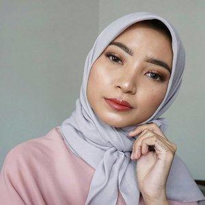 Sebenernya bulan Ramadan tuh bisa jadi kesempatan buat beauty content creator bikin makeup look.Look yg dibikin juga bisa jadi beberapa macam. Makeup bukber aja bisa jadi byk versi lho, nih kalo ga percaya:.• Makeup buat bukber sm temen lama• Makeup buat bukber sm keluarga si doi• Makeup buat bukber di tempat formal• Makeup buat bukber yg ada mantan• Makeup buat bukber sama temen kerja/kuliahBanyak yhaaa? 😂Nah, karena ku mengerti temen2 nih banyak agenda bukber kl Ramadan, jadi aku bikin look yg mgkn bs dicontek kl kalian mau pergi bukber.Look-nya simple sih sebenernya. Kl makeup tebel2 jg agak saltum krn eventnya casual dan akan kena air wudhu juga. Jd yg gampang aja lah yaa~Kelamaan makeup juga keburu beduk Maghrib ntar 😆Selain buat ke event bukber, temen2 jg bs pake pas Lebaran nanti. Pas silaturahmi ke rumah sodara atau ke calon mertua mgkn, biasanya Lebaran momennya suka mau nikahan gitu ye kaaan 😄.Yak, kl mau nyontek makeup look ala aku, sok aja! Bebaaass 😘Oh ya, percuma kan tampil cantik tp mata burem 😜 Alhamdulillah @x2softlens punya softlens yg motifnya cakep. Kali ini ku pilih X2 Bio Four yg akan membantuku melihat kue-kue Lebaran dg jelas 😛Aku bikin 2 opsi juga gengs, secara aku punya 2 warna nih: Grey Diamond 🐰 sama Purple Extravagance 💜Daaaan kyknya aku punya saingannya X2 Sanso yg Pearl nih, Purple Extravagance keliatan cakep banget di mataku 😍 #memujidirisendiri #bodoamat_PRODUCTS USED:@deciem The Ordinary Coverage Foundation@wetnwildcosmetic Mega Glow - Hello, Gorgeous@maybelline FIT ME Pressed Powder - Natural Beige@rudecosmetics Party Animals - Prudence@maybelline Fiber Volumizer Brow@lookecosmetics Lip Creme - Gaia & Lip Polish - Luna@thebalmid Mary Lou Highlight, Cabana Mama Blush@purbasarimakeupid Daily Series Mascara#sbbxx2 #sbbcollab #bukbercantikx2 #sbybeautyblogger
