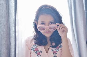Ups! My future is so bright, I gotta wear shades😎😂 // Got this pinky @anark_eyewear shades from @charis_official as their 1st anniversary gift✨ // 📷: #instagramhusband  #clozette #CharisCeleb #anarkeyewear #charis #clozetteid #clozettedaily #ootd #makeup #beauty
