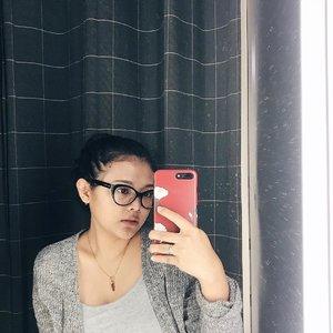 """Begini gaya bloggerhits saat berpose dalam kemevvahan, barangkali kalian rakyat jelata mau meniru..."" #quoteoftheday by @sekararumw 😎 // #clozetteid #selfie #iphone7plus #vsco #vscocam #vscodaily #selfiesunday"