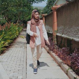 Ketika matahari bersinar terik. 🌞 #hijabstyle #clozetteid #clozettedaily #clozette #hijaber #modestwears #ootdhijabnusantara
