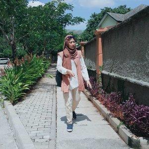 Ketika matahari bersinar terik. 🌞  #clozette #clozetteid #clozettedaily #clozettehijab #modestwears #hijabstyle #ootdhijabnusantara