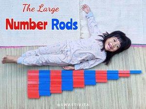 Di tengah kehebohan Mamak ketika Adek sakit.. Berusaha supaya Kakak ga ketinggalan pelajaran meskipun waktunya cuma sebentar. ..Kakak yang lagi suka berhitung, meminta Number Rodsnya dikeluarin lagi. ..The Large Number Rods ini merupakan material pertama yang dikenalkan kepada anak di kelas Matematika (Metode Montessori)...Konsepnya konkrit, bertujuan memudahkan anak mengenal value sebuah angka melalui Number Rods ini. Semakin besar angkanya, maka semakin panjang tongkatnya. Diberi warna merah dan biru, agar anak bisa menghitung 1,2,3 sampai 10 sendiri dan membandingkan panjang setiap tongkat....Step by stepnya :1. Menyusun dari tongkat 1 - 10 2. Three Period Lesson (3PL)3. Sand Paper Numerals (abstract)4. The Number Rods and Cards (Combining)..Yang di postingan ini merupakan Step 1. Next akan dishare tahap selanjutnya ya, Insya Allah 🤗...#KiftaBelajarMatematika #learnwithkifta #MontessoriMethod #playideas #diy #finemotor #messyplay #simpleplay #handsonlearning  #babyplayideas #babyplay #playbasedlearning #littlelearners #playtolearn #playathome #playislearning  #mumlife #invitationtoplay #earlylearning #earlyyears #igbabies #igbaby #momlife #instamum #shareyourplaywithme #everydayplay #everydayplayhacks  #sensoryplay  #ClozetteID
