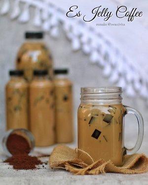 --- #EsJellyCoffee ---  Terinspirasi dari @yackikuka .. Tapi kopinya beda brand.. Pakai yang ada di rumah aja (edisi ngabisin) 🤭  Resep sudah diubah sebagian..  Resep Jelly : 3 sdm bubuk kopi Nescafé  1 bungkus bubuk agar @nutrijell_id  3 sdm gula pasir 600ml Air (masak jellynya dulu)  Resep Es Kopi : 7 sdm bubuk Kopi 5 sdm Creamer Nescafé (stok tinggal dikit) 12 sdm Creamer @fibercreme  7 sdm Gula Pasir 1500ml Air (Masak kopi sampai air mendidih, matikan kompor, lalu tambahkan creamer, aduk)  Selamat mencobaa.. 💕  Ini karena kang bandrek banyak botol packaging, jadi langsung deh dipakai botol jualan.. Biar pak bos mudah bawanya .. Berangkat kerja, tinggal comot dari kulkas . 🤪  #foodphotography #foodstyle #foodoftheday #foodshare #foodstyling #foodgram #foodphotographyandstyling #foodphotographyprops #foodphotographyjakarta #foodshot #foodstagram #instafood  #foodpic #yummy #FoodBlogger #ClozetteID