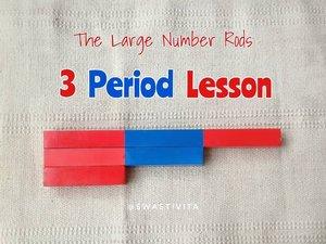 """Melanjutkan step #LargeNumberRodsKifta1 . Sekarang step kedua bermain menggunakan """"The Large Number Rods"""" , aku pakai hashtag #LargeNumberRodsKifta2 yah.. untuk mempermudah 🤗..Di tahap kedua ini anak dikenalkan nama - nama dari tongkat itu sendiri dengan cara """"3 Period Lesson"""" atau sering disebut """"3PL"""".1 hari 3 tongkat. Besoknya bisa diganti ke tongkat yang lain sampai tongkat 10. .Note : Setiap anak perkembangannya berbeda-beda, ganti tongkat kalau anak sudah benar2 kenal dengan tongkat sebelumnya.. Kalau anak merasa sulit 3 tongkat, bisa dikurangi jadi 2 tongkat/hari..The Large Number Rods ini sudah bisa dimainkan sejak anak usia 3th....This Large Number Rods was made by Abi @iedzoels (@dawood_art) 💕...#KiftaBelajarMatematika #learnwithkifta #MontessoriMethod #playideas #diy #finemotor #messyplay #simpleplay #handsonlearning  #babyplayideas #babyplay #playbasedlearning #littlelearners #playtolearn #playathome #playislearning  #invitationtoplay #earlylearning #earlyyears #igbabies #igbaby #momlife #instamum #shareyourplaywithme #everydayplay #everydayplayhacks  #sensoryplay  #ClozetteID"""