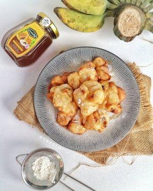 Cemilan malam kali ini 👇  ~~Pisang Goreng Madu~~  Kepingin makan pisang goreng madunya Bu Nanik, ada pisang kepok nganggur lgsg aja deh dieksekusi.. Serumah suka pisang jadi sering nyetok.. wkkwkw..  Madunya pakai @madutw_id 100 % ALAMI dari hutan tropis Indonesia.. Rasanya jadi makin nikmat gaesss 🤤💕  #PisangGorengMadu #foodphotography #foodstyle #foodoftheday #foodshare #foodstyling #foodgram #foodphotographyandstyling #foodphotographyprops #foodphotographyjakarta #foodshot #foodstagram #instafood  #foodpic #yummy #FoodBlogger #ClozetteID