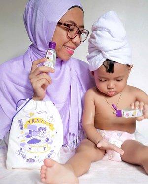 """Siapa nih Tim Minyak Telon? #MamaDuoK salah satunya :D Wanginya yang lembut, bikin gemessss mau ciumin si Kecil setiap saat. Minyak telon salah satu yang wajib banget dipakai setelah si Kecil mandi. Tak hanya wanginya saja, tapi khasiatnya yang segudang! Salah satunya dapat mengatasi perut kembung pada bayi...Sudah tahu belum Moms kalau sekarang @sleekbaby_id mengeluarkan produk terbarunya """"Sleek Baby Telon Oil"""" yang usapannya hangatnya dapat melindungi bayi? Nah, #SleekBabyTelonOil ini kandungannya 2x minyak telon biasa loh Moms! Kandungan minyak anisi nya juga lebih banyak jadi efektif cegah kembung dan lancarin pernafasan si Duo K...Packagingnya lucu, dan ini mudah dibawa kemana – kemana. Jadi selalu aku bawa kemanapun kami pergi..#SleekBaby #BersamaMelindungi ....#babygirl #momanddaughter #manfaattelon #telonbayi #minyaktelon #smartmumsid #ClozetteID"""