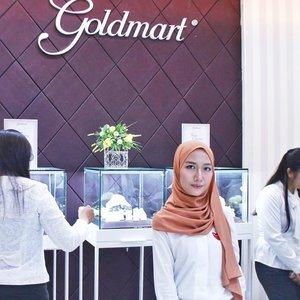 Foto pake cincin pasti identik sama baru dilamar 💍.Padahal aku abis dari event @goldmartjewelry 😂 seru banget nyimak reconcept storenya Goldmart di MOG dan launching Freya Collectionnya Jumat lalu. Baca lebih lengkapnya tentang pengalaman aku ke Goldmart Mall Olympic Garden yuk di http://bit.ly/aidachtxgoldmart 💕 yang di Malang jangan lupa mampir ke Goldmart yes, pegawainya ramah-ramah kok!...#aidacht #clozetteid #beautiesquad #malangbeautyblogger #malangbeautyinfluencer #jewelry #goldmart #freyacollection #diamond #beauty #malang #makeupjunckie #l4l #f4f #event #eventreport #eventmalang