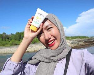 Selamat Senin! Jangan lupa pakai sunscreen 🌞.Udah 2 mingguan ini aku keliling Sumatera Utara yang ternyata puanas minta ampun! Lewat kota yang dikit cuma bentar doang kayak Sidikalang dan Padang Sidimpuan. Sunscreen jadi barang yang harus banget ada di dalam tas 😳 aku lagi nyobain @etudehouseofficial Sunprise Must Daily SPF 50+ PA+++ yang kubeli di @altheakorea dan pengen bikin #MiniReviewBarengAi di sini~.✔️SPF dan PA tinggi, jadi merasa terlindungi.✔️desainnya lucuk!✔️cocok untuk kulit normal - kering.✔️tidak ada whitecast.✔️tidak bikin kulit kusam.❌tidak nyaman kalau kulit kamu berminyak..Udah pakai sunscreen hari ini? 😚...#aidacht #clozetteid #beautiesquad #altheakorea #featuredonalthea #altheaangels #etudehouse #sunscreen #koreanskincare #kskincare #skincarejunckie #skincare #skincarereview #exploresumut