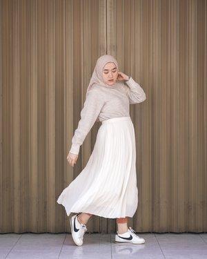As you can see, hampir semua outfit yang aku pakai sekarang lebih mengarah ke gaya yang sederhana juga mengutamakan kenyamanan, baik untuk ke kantor maupun saat hangout di akhir pekan.   Terinsipirasi dari style kak @ayudiac  yang Sederhana & percaya diri, namun tetap tampak Elegan dengan warna netral di setiap outfitnya. Inilah hasil padu padan-ku menggunakan koleksi UNIQLO Modest Wear 🤍  Bantu support yuk, supaya aku bisa dapet surprise box dari @uniqloindonesia. Kalian juga bisa ikutan lho, bisa dicek di IG @ayudiac @siviazizah @tantrinamirah  #WearWhatYouBelieve #UniqloIndonesia #UniqloLifeWear #UniqloModestWear