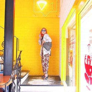 Kuning 💛 . . . ps: Tadi niatnya nulis caption panjang. Tapi ngga jadi ah ngga mood cerita-cerita 😅 #whatzunawears #ootdindo #lookbookhijab #floralprint #ootdhijab #clozetteid #ihavethisthingwithyellow #yellowwalls #yellow