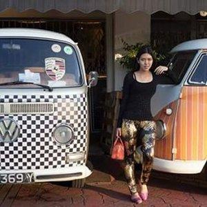 #vw #antiquecar #singapore #ootd #cotd #clozetteid #travellook #travel #traveling #travelgram #goldleggings #leggings #jellybag #furla