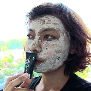 Treatment time! Thanks a lot @barliasmara for introducing me to @glamglow_ind in your fashion gift. This Tinglexfoliate Treatment really helps me to tighten my pores. My face skin is smoother than before.#mud #mask #glamglow #beautycare #smooth #skin #treatment #beautyblogger #blogger@clozetteid #clozetteid #clozettebeauty