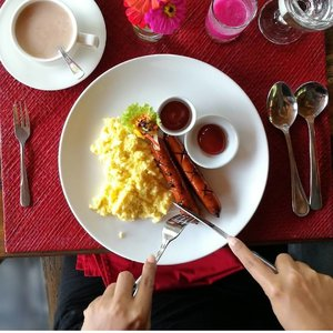 All happiness depends on a leisurely breakfast 🍽️ Good Morning! . . . . . Arrived jogja at dawn.. and heading to magelang for work 😻 day 16 of 2018.  Bon appetit #clozetteid #lifestyle #breakfasttime #magelangtrip #sofiadewitraveldiary #foodie #foodism #foodporn #instafood #leica #leicalense #leicashot #30daysflatlaychallenge #flatlayphotography