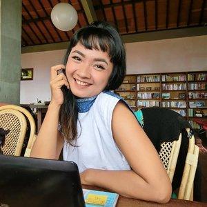 """#HariKartini . . . Selamat memperingati Hari Kartini, perempuan Indonesia 🙋 Jangan pernah lelah untuk berbuat baik dan mengerjakan hal positif sesuai kata hati ya . Karena kalau sudah niat, kamu juga harus siap dikejutkan semesta .. . . . Sopiah tak pernah berhenti bersyukur untuk segala kejutan selama puluhan tahun hidup (berapa angka tepatnya, Sopiah?🤣) Especially, 2 tahun terakhir .. wihiiww merinding! . . . """"Jika masih dikasih umur setelah kejadian ini, saya mau hidup saya punya value lebih dan berguna untuk orang banyak""""  Gak tanggung-tanggung, Allah SWT kasih lebih dari yang saya bayangkan 🙏😇 . . . Lebih banyak bekerja dengan sistem remote, harus sering berpindah tempat .. jadi jarang merawat diri sendiri,  kurang tidur (tapi banyak makan🤣) pipi dan kantong mata equal chubbynya niy wkwkwk .. juga sangat beruntung memiliki banyak saudara penenun di beberapa wilayah tercantik di Indonesia .. Ngada .. Toraja .. Mamasa .. Adonara .. Lembata .. gak sabar menyambut area lain 😍 . . . Semoga bisa terus begini.. semoga bisa tidak akan ada yang bisa mengalahkan komitmen saya dengan Sang Pencipta dan semesta .. tentang jalan yang saya tempuh ini 💙🎶 . . . Lalu ibuku bertanya, """"Kalau sudah menikah ..? Apa mau tetap pergi-pergi terus gitu?"""" 😅 Ngggggg ... #clozetteid #lifestyle #DesignerLife #SocialEnterprise #SaveWeavingSaveLife"""