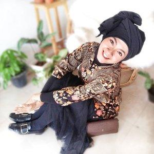 Selamat Idul Adha 1441 H 🙏Tahun ini benar-benar spesial, kalau Idul Fitri kemarin Aku Bisa full berpuasa Dan berlebaran sama Ibu sekeluarga lengkap, Hari ini pun Bisa berada di rumah Dan quality time. Alhamdulillaah banget, karena ini langka terjadi selama 10 tahun terakhir 🤗Nah,Hari ini aku Makin happy, karena dress batik dari @batikkammi sampai beberapa Hari Lalu, jadi Bisa dipakai di Hari istimewa ini 💚Handmade batik ini  Ada beberapa Varian warna di halaman Batik kammi di Alleira Plaza , tapi aku pilih hitam, karena sudah Punya beberapa item warna hitam yang siap aku mix and match 💚 seneng deh, Bisa belanja baju batik yang cantik dari rumah aja! Proses pengirimannya pun cepat, tidak sampai 3 Hari sudah sampai rumahku di Jogja 😍Ceritaku bersama Batik Kammi sudah up di blog ya! Cara belanja, harga, kualitas jahitan Dan cutting, semua Ada di Sana! Thank you @clozetteid Dan Batik Kammi 💚 Perayaan Idul Adha-ku jadi semakin menyenangkan 🤗#BatikKammi #BatikKammixClozetteReview #ClozetteID #clozetteidreview#sofiadewifashiondiary #fashionid #styleinspo #ootd #sotd #fotd #localbrandid