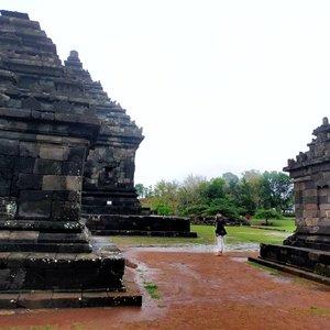 Candi Ijo Yogyakarta .. . . . Weeeii, jangan berpikir candinya berwarna Ijo ya, Gaes wkwkwkw .. dinamakan Candi Ijo karena lokasinya di Atas bukut Gumuk Ijo, 425m di Atas permukaan laut. . . . Berada di Jogja Timur 28km dari pusat Kota di 4km Tenggara Candi Ratu Boko, Candi Ijo merupakan komplek Candi Hindu yang memiliki lokasi tertinggi di Jogja di antara candi-candi lain ... Tepatnya di Dusun Groyokan, Sambirejo, Prambanan, Sleman, Yogyakarta. . . . Candi Ijo diperkirakan dibangun di Abad ke 10-11 pada jaman mataram, dengan luas saat ini 0,8hektar. Itu aja udah luas banget ya, tapi diduga jauh lebih luas lagi ke arah Barat Dan Utara, Karena saat penduduk menambang di sekitar situ banyak ditemukan artefak kuno yang tekubur. Woww.. . . . Ada 4 Candi di komplek ini di undak paling Atas .. beberapa di bawah sudah hancur .. dari 4 tersebut, 1 adalah Candi utama .. 3 lagi adalah lambang trimurti. Di tengah itu Ada lembu Nandini, kendaraan dewa Syiwa. Arcanya tersenyum cantik banget, yah! . . . Meskipun biasanya wisatawan datang di sore hari untuk menikmati Sunset, you know lah Aku kan anti mainstream, susah Betah di keramaian, wkwkwk, jadi Aku lebih senang ke Candi itu pagi-pagi. Kabutnya dapet, suasananya dapet, sepi! 🥰 . . . Usulan itinerary Jogja Timur : Jam7-8 pagi ke Candi Ijo, Jam 8.30-10.30 ke Tebing Breksi .. trus Bisa makan siang di Abayagiri. Dari situ, Ada 1 Candi lagi namanya Candi Barong .. Jam14-16.30 bisalah keliling Candi Prambanan , Habis itu .. balik lagi ke Ratu Boko, keliling bentar Lalu tea time di restoran sambil menikmati sunset. Kalo cerah kamu Bisa lihat sunset yang cantik sambil sesekalu Ada pesawat Naik turun Dan kereta api yang melintas di bawah .. Jam 18.30 Bisa deh pulang ke hotel untuk Mandi, baru jalan lagi malam2 .. 🥰🥰 . . .  Seru kan main ke Candi kalo sepi? Hihihi kamu Bisa bebaaasss foto-foto. Kemarin cuma Ada kami ber-4 Dan 1 fotografer yang lagi hunting. Sesekali Ada bapak-bapak bebersih rumput liar Dan menyapu .. . . . Kalo ke Jogj