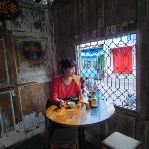 Gong Xi, Gong Xi .. . . . Imlek tahun ini, nyolong start jajan Yammie Ketandan, ditraktir buk bin @bintarifull sambil ngobrolin jadwal ke Singapura .. Baru sekali ini merhatiin tempat ini, Jogja juga punya China Town lho! Di kawasan Malioboro . . . Matur nuwun ya Buk Bin .. dibawain kaos keceh dari @titiwiwi_handcrafted 😍😍 . . . Yammie ini enak, empuk, bakso gorengnya apalagi,yummy!! Cuma karena aku anaknya sueneng maniss.. gemes kutambahin kecap buat nutupin asin gurihnya ... . . . Selamat menikmati tanggal merah, manteman 😍  #clozetteid #lifestyle #kulinerKetandan #KulinerYogyakarta #YammieKetandan #Mudik #SofiaDewiCulinaryDiary #Foodie #Instafood