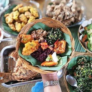 #MakananToraja  #TobaranaSadan . . . Tongkonan To'barana di pinggiran Sungai Sa'dan ini cantik banget .. Tapi hal lain yang berkesan banget adalah makanannya .. . . . Menu makanan ini dimasak sama rombongan Mama Sabbi (To'barana Master Weaver) .. favoritku adalah nasi hitam dan perkedel jagung-nya 😋 . . . Menjelang ramadhan .. langsung makin kangen karena belum bisa ke Toraja bulan ini, mau ke area lain dulu! . . . Jam segini udah ada plan makan siang dimana kamu, gaes...? #clozetteid #Lifestyle #Tobarana #SungaiSadan #TorajaCulinary #ExploreTorajaUtara #Travel #Traveling #MakanMakan #JalanJalan  #TorajaMeloTravel #LeicaShot #HuaweiP9