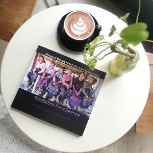 #SocialEnterprise #BehindTheScene  The truth of a decade of how to unf*ck your community-based Social Enterprise 📸 . . . . Akhirnya buku ini jadi juga .. setelah sekian lama sampai halaman 7 lalu ditinggal keliling nusantara 🤣 . . . Congratulations for the book launch ya ibu @dinnyjusuf @torajamelo & bunda @nanizulminarni @yayasanpekka (duo idolak) .. . . . Di buku ini ada banyak sharing pengalaman tentang gimana inspirasi tentang social enterprise, bagaimana bergelut dengan community based stuffs, bagaimana berhadapan dengan sponsor, bagaimana mengembangkan bisnisnya sekaligus mendukung komunitasnya .. . . . Aku udah punya 1 bukunya 💙💙 mumpung harganya masih 100K aja untuk 50pcs buku promo .. harga aslinya 200K lho! Isinya 205 lembar full color, bilingual! Langsung order via DM IG @torajamelo aja ya! Hasil penjualan akan didonasikan untuk pengembangan penenun NTT saat trip ke Lembata Adonara November 2019 nanti 🙌 . . . Covernya juara 😍😍 ina-ina perkasaku 🤗 pakai kutubaru .. pakai kain .. pakai sendal jepit.. dan lincah naik turun gunung! Aku kebanting but ai looooove 🤗 #clozetteid #lifestyle #DesignerLife #TorajaMeloXPekka #torajamelo #localproud