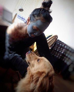 #pamperingtime . . . Siapa kangen sama Melo?  Pssstt dia ga takut lho Sopiah lagi maskeran pake @lacoco.id charcoal mask ini 🤣 malah nempel terus ngeliatin.. lucu bangets! . . . Ayo gaes! Sempetin maskeran mumpung libur 😍 #clozetteid #lifestyle #beauty #LacocoIndonesia #metime #holiday