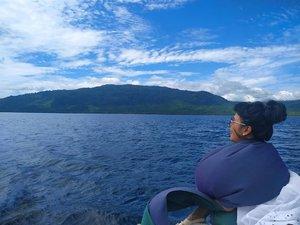 """Merindukan langit biru, awan putih, pulau-pulau kecil dan ... Air laut 📸 . . . . Aku yang sudah takut berenang tanpa pelampung ini, tetap enggak takut stay di depan 🤣 Yang serem malah yang fotoin """"jangaaaannnn banyak geraaakkk wooii"""" 🤗🤗 . . . . Selamat menikmati weekend ya gaes .. 🙋  #Clozetteid #Lifestyle #Travel  #BidukBidukTrip #ExploreKalimantan #WonderfulIndonesia #SofiaDewiTravelDiary"""