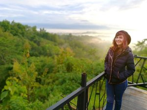 Earlier today.. at Puthuk Setumbu Nirwana Sunrise.. 🎥 . . . Became a sunrise hunter with #Indonesia360stories this two days .. I'm blessed .. love the way Allah lead the recovery of my body and soul 🌞📸 .. . . .  #clozetteid #lifestyle #sofiadewitraveldiary #puthuksetumbu #explorejawatengah #exploremagelang #sunrise #weekendadventure #travelhost #leica #beautyjournal #leicalense #leicashot