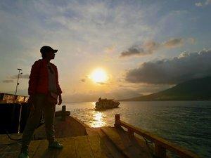 ditemani senja menuju Pulau Adonara ... Private boat dengan arus air yang amazing ... Bisa berdiri tegak gini semenit aja plus foto yang gak blur udah bahagia ajaaa.. hihi ❤️ . . . . pengen balik ke Adonara lagi .. itu artinya, harus bikin rencana yang baik untuk program kerja berikutnya .. biar semua sejahtera 💪 yosh!  #TorajaMelo #PulauAdonara #ExploreNTT #Travel #Travelgram #Traveling #Instatravel #Lifestyle #Clozetteid 📸 @alfiansmn