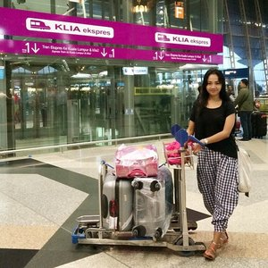 #throwback #latepost  Donning lucy tartan @swanstwenty and top by  @x_sml  Never get easy to come back home after workliday 😛😛 not only the mood but also our baggage carry.. We add one luggage more.. Oh, God 🙈🙈 #clozetteco #clozetteid #clozettegirl #clozetteambassador #swanstwenty #sofiadewitraveldiary #simpleoutfit#visitmalaysia #KLIA #xsml #casio