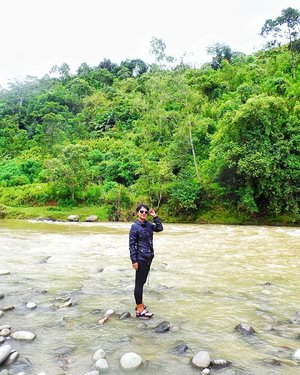 Senang bisa kembali ke sungai .. . . .  Dua pertiga perjalanan explore sungai Maulu Toraja, kami berhenti di sini untuk makan siang .. Bakar ikan dan ayam � my very first time rafting sepanjang ini 😅 total perjalanan dari rumah PP 8 jam .. � lelah? Iya lah! Forward strong!! Backward strong!! Strong! Strong!! 🤣 tapi teriak teriak ketawa ketawa terus!  Dan nagih banget!! Up soon ke blog ... 🙋recommended banget buat kamu yang mau ngebolang ke toraja � perjalanan kami rapi dan nyaman by the host : @torajamelo_travel @torajamelo community based travel  #clozetteid #lifestyle #visittoraja #torajamelotravel #soulfultravel #ExploreTorajaUtara #CommunityBasedTravel #travel #SofiaDewiTravelDiary 📸 (1) @alfiansmn