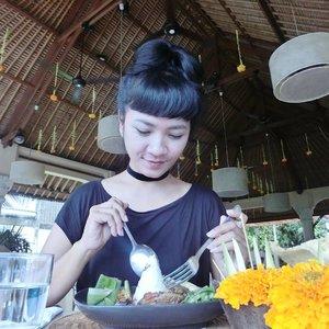 Selamat Pagi! New blog post sudah up di www.sofiadewi.com.. Pas ke Bali minggu lalu, di perjalanan ke Denpasar dari Ubud melihat sebuah restoran di kanan jalan. Namanya Indus, bagian dari Casa Luna.. Langsung deh melipir dan mampir.. . . Nyicipin Nasi Ayam Betutu sama Nasi Campur Bali. Selengkapnya bisa langsung klik www.bit.ly/sofiavisitINDUS 😘 . . .  have a good day!  #sofiadewitraveldiary #sofiadewiculunarydiary #kulinerbali #indusrestaurant #indusubud #casaluna #visitbali #jalanjalan #exploreubud #lifestyle #clozetteid #foodblogger