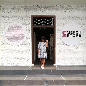 Kalau ke @artjog.id .. jangan lupa keliling di sini... Produk di art jog merch store ini bagus-bagus, lho.. . . .inget... Hari terakhir 19 juni 2017 ya... #clozetteid #lifestyle #sofiadewimudikdiary #yogyakarta #artjog2017 #jogjanationalmuseum #jogjabloggirls #leica #leicalense 📸 By my ♥️🦂