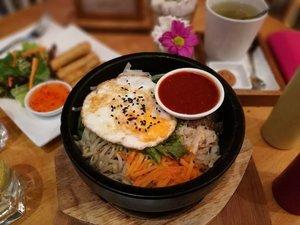 Saatnya makan siang, guys.. Mumpung di bandung, mampir ke @hummingbird_eatery untuk nyobain Bibimbab mixed rice nya.. ♥️ . . . . #sofiadewiculinarydiary #kulinerbandung #foodporn #foodism #foodgasm #hummingbirdtotebag #clozetteid #lifestyle