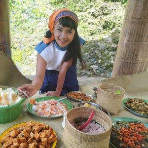 #OPPODiscoveryTrip . . . mendalami Toraja Utara .. menerima kasih sayang berlebih dari LDW Sulo'ara .. Memang salah satu alasan Sopiah naik 10kg sih 🤣😄 . . . Siapa yang gak kangen Batutumonga?  Sudah makan siang belum guys?  Susah move on pastinya dari makanan seperti ini kan .. 🤤 . . . Happy lunchie, everyone.. #OPPOxTORAJAMELO  #clozetteid #Lifestyle #traveler #traveling #travel