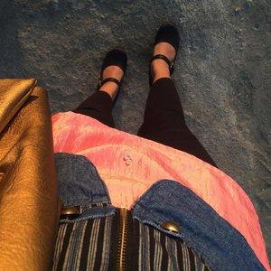 Gak pernah bosen sama MJ jacket @swanstwenty .. cotton pants @nimonina .. claire black @iwearup bag by @nosefans #ootd #ootdindo #ootdid #swanstwenty #nimonina #iwearup #clozette #clozetteid #shoes #pants #cottonpants #sofiadewifashiondiary #fashionstreet
