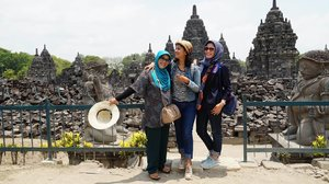 #throwback  Udah paham ya kenapa Sopiah keling makin keling 🤣😅 . . . Hobbynya berjemur .. 😁😁 Ke Prambanan tu gak ada bosannya .. sama ibu @dapurmbahdukuh sama mbak @ernasyahruddin .. . . . #Clozetteid #Lifestyle #WhenInJogja #CandiPrambanan #PrambananPark #Yogyakarta