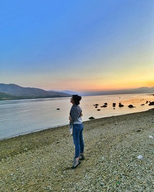 Sunset are proof that no matter what happens, everyday can end beautifully .. 🥰 . . . . Good night, everyone 📸 #clozetteid #lifestyle #sunset #travelphotography #justtravel #travelblogger #explorelarantuka #eastIndonesia #soulfultravel #sofiadewitraveldiary #girlslovetravel 📸 casio exilim TR60