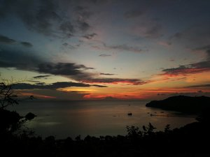 Day 1 Labuan Bajo.. Sunset Hills.. . . . . cukup jalan kaki dari sylvia hotel.. dan saya kuat trekking sampai atas 😍 mandi keringat gak masalah.. worth it! . . . #clozetteid #lifestyle #sunsethills #labuanbajo #explorelabuanbajo #exploreflores #traveller #SofiaDewiTravelDiary #exploreflores  #wonderfulindonesia #exploreNTT #sunset #sunsettrekking #leica #leicalense #huaweip9 #nightshot