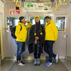 #latepost Pose at metro! . . . Sesekali jalan-jalan ditemenin bodyguards .. 🤣 dijagain, jadi pas terjun bebas di eskalator ada yang narik 😇 makacii, Mas Mas!  Ki-ka :  @gewe_alu - Sopiah - @andhika_fan13 . . . . Jarang-jarang nemu kereta yang sepi sisi depannya seperti ini .. jadi gak boleh dianggurin 😜 . . . Tim kuning, foto dulu ... 💛💛💛 #clozetteid #Lifestyle #traveler