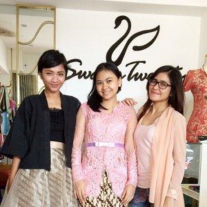 Makasi sayang @putrimnurdin udah mampir ke @swanstwenty 😘 cantik banget pake kebaya pink hehehe ❤️ semoga suka dan cocok buat next-nextnya yah... Have fun di SG semoga acaranya lancar.... #swanstwenty #cantikIndonesia #customkebaya #parang #batikparang #batikchic #kebaya #kebayamodern #fashiondesigner #localbrand #fashion #fashionid #butikjakarta #clozette #clozetteid #clozettegirl #clozettesisterhood