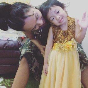 Salah satu kesibukan hari ini adalah berjumpa dengan adik kecil ini.. panggillah dia kakak Mimiu.. begitu ketemu sudah sangat bersahabat. dadah2 pose nya niruin princess sofia the first.. semacam paham gak ya yang dia gelayutin ini namanya juga sofia hihihu... Dress kutubaru... kembaran dengan Adik Mimia 💕 dia suka banget!  Makin suka sama kids fashion 💕  #sofiadewifashiondiary #kidsfashion #sofiadewico #clozette #clozetteid