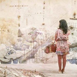 Kapan bisa ke museum lagi? Rindu menikmati Art Installation yang ide pembuatannya gak pernah terpikirkan sebelumnya 🤩Ini salah satu Art Installation di Singapore Biennale 2016 (visit di Februari 2017). Salah satu event yang ditunggu-tunggu, Singapore Biennale merupakan pameran seni kontemporer dua tahunan berskala besar di Singapura, berfungsi sebagai platform utama negara untuk dialog internasional dalam seni kontemporer. Gak usah yang jauh-jauh musti Naik pesawat, ArtJog aja kemarin gak join 🙈Masih ingatkah, kapan terakhir kali kamu ke museum? #clozetteid