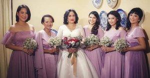 Minggu lalu mendampingi @ninnetaaa menuju ke GKI Pamulang untuk pemberkatan .. . . . Meski aslinya galak semua ini, tapi ternyata bisa pada dandan manis, cantik dan girly pagi itu 💜 meski saat mengantarkan ke altar ya tetep pada mewek.. duuhhh !!! Make-up luntur! Touch-up!! . . . #clozetteid #TheGeekAndTheGank #bridesmaidSquad #pinterest #Bridesmaid #throwback #WeekendChill